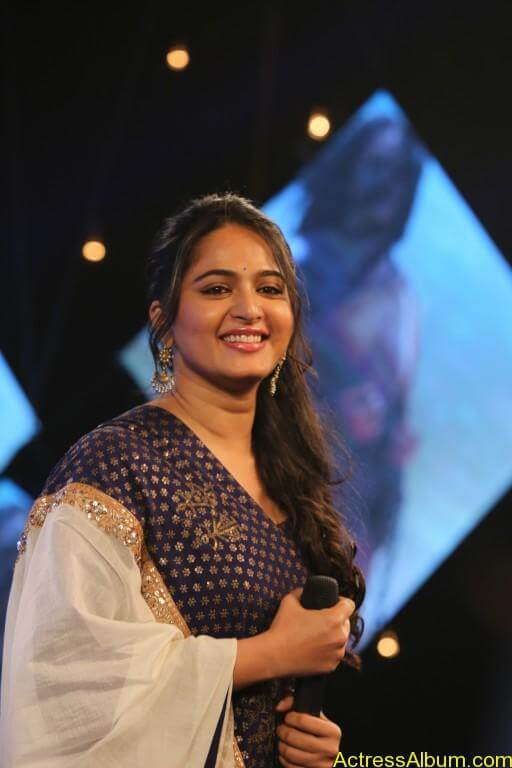 Anushka-Shetty-Stills-At-Baahubali-Tamil-Trailer-Launch-3