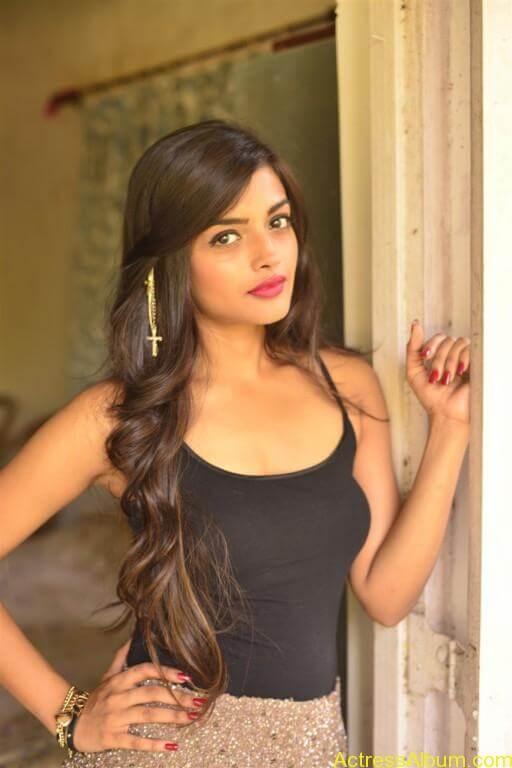 Ashna Zaveri Hot Pics-1