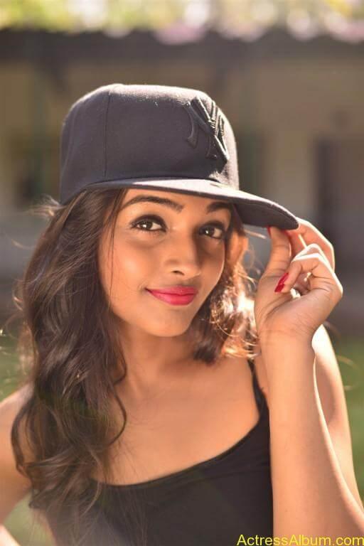 Ashna Zaveri Hot Pics-14