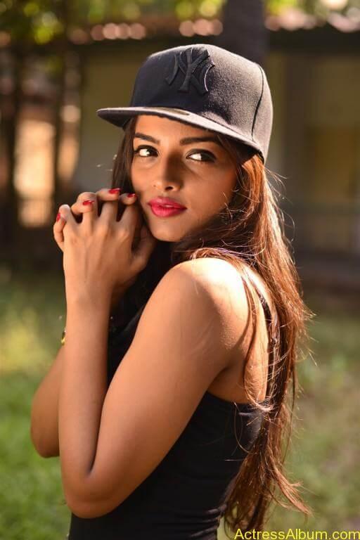 Ashna Zaveri Hot Pics-15