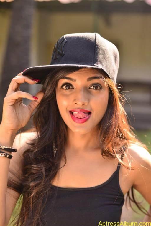 Ashna Zaveri Hot Pics-16