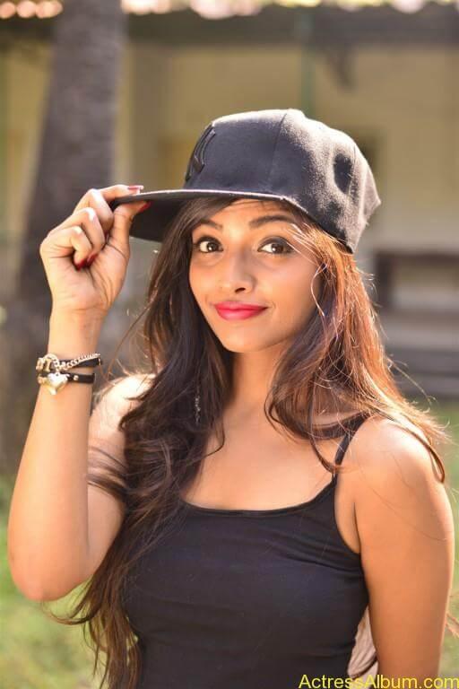 Ashna Zaveri Hot Pics-17