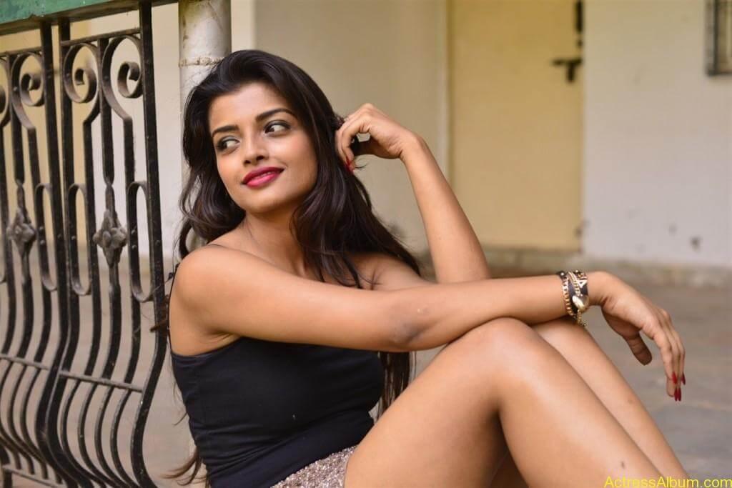 Ashna Zaveri Hot Pics-18