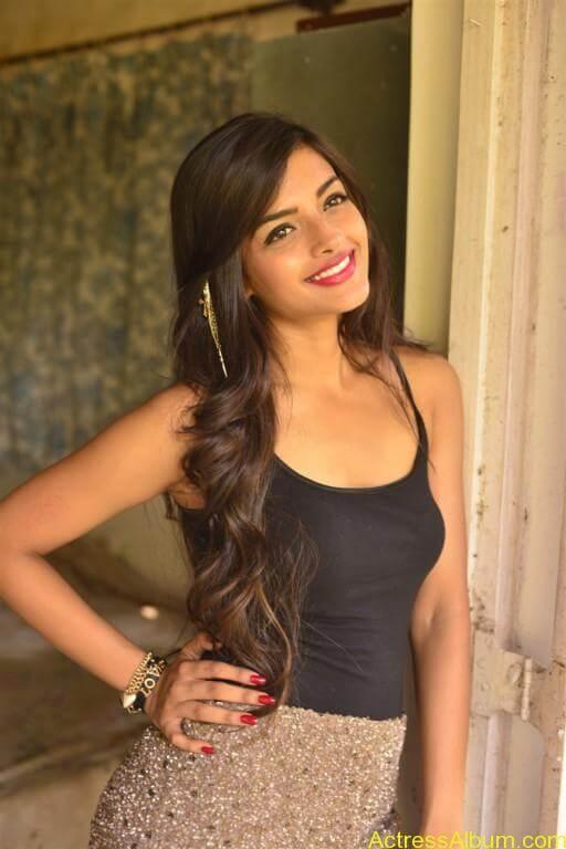 Ashna Zaveri Hot Pics-2