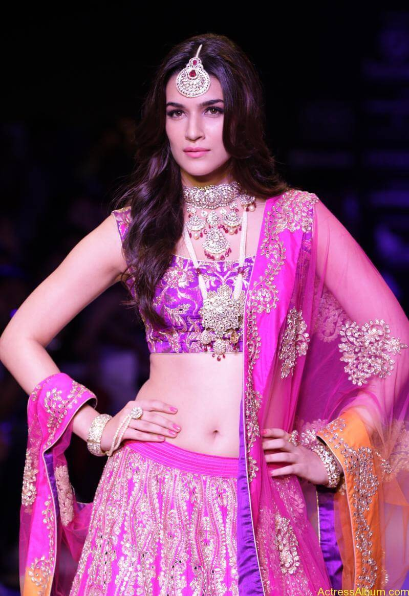 Kriti-Sanon-Latest-Stills-At-IIJW-Ramp-Walk-2015-1
