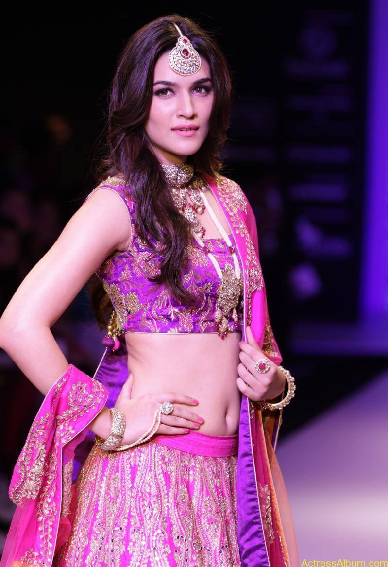 Kriti-Sanon-Latest-Stills-At-IIJW-Ramp-Walk-2015-3