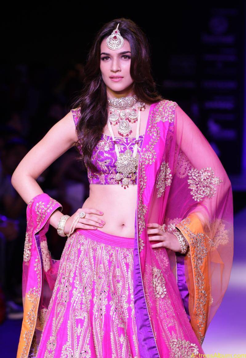Kriti-Sanon-Latest-Stills-At-IIJW-Ramp-Walk-2015-4