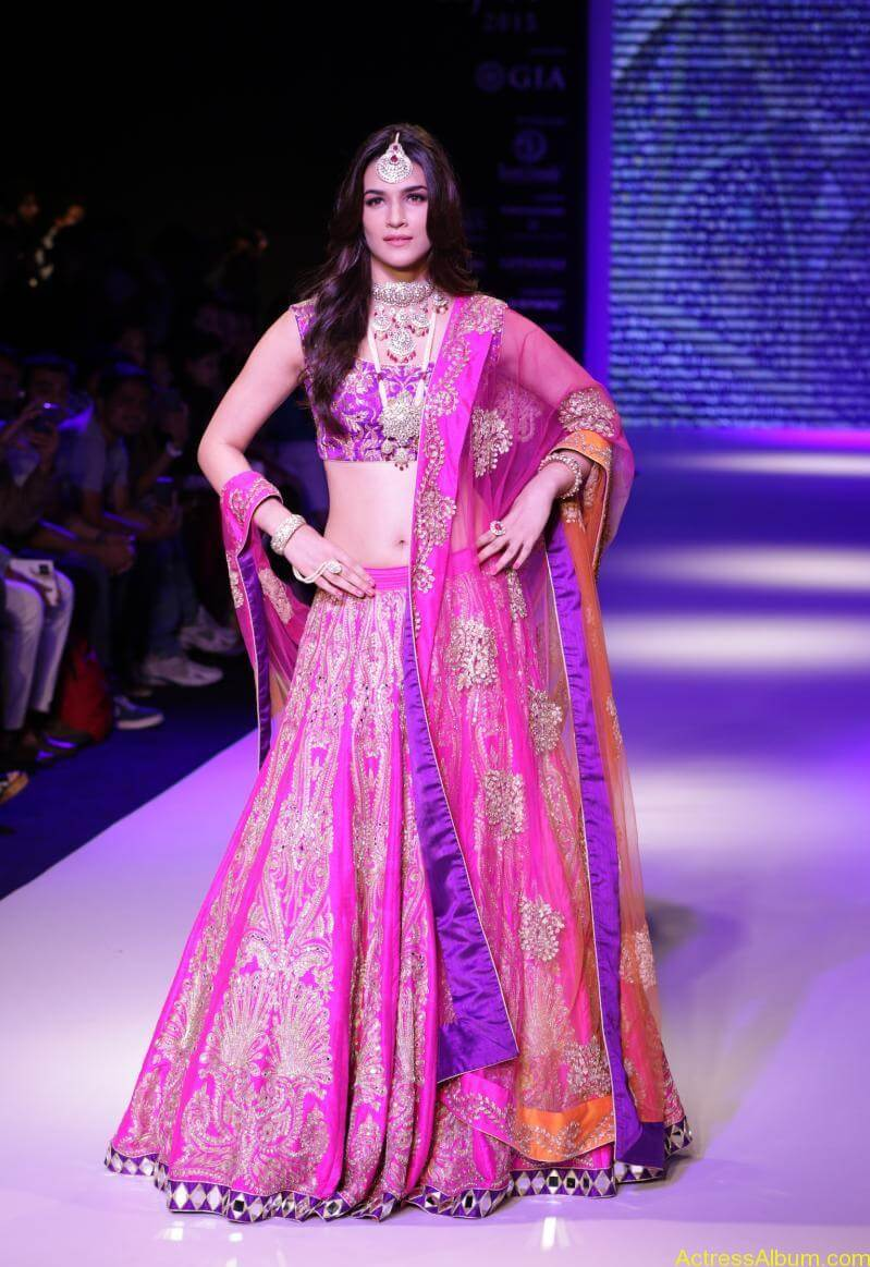 Kriti-Sanon-Latest-Stills-At-IIJW-Ramp-Walk-2015-5