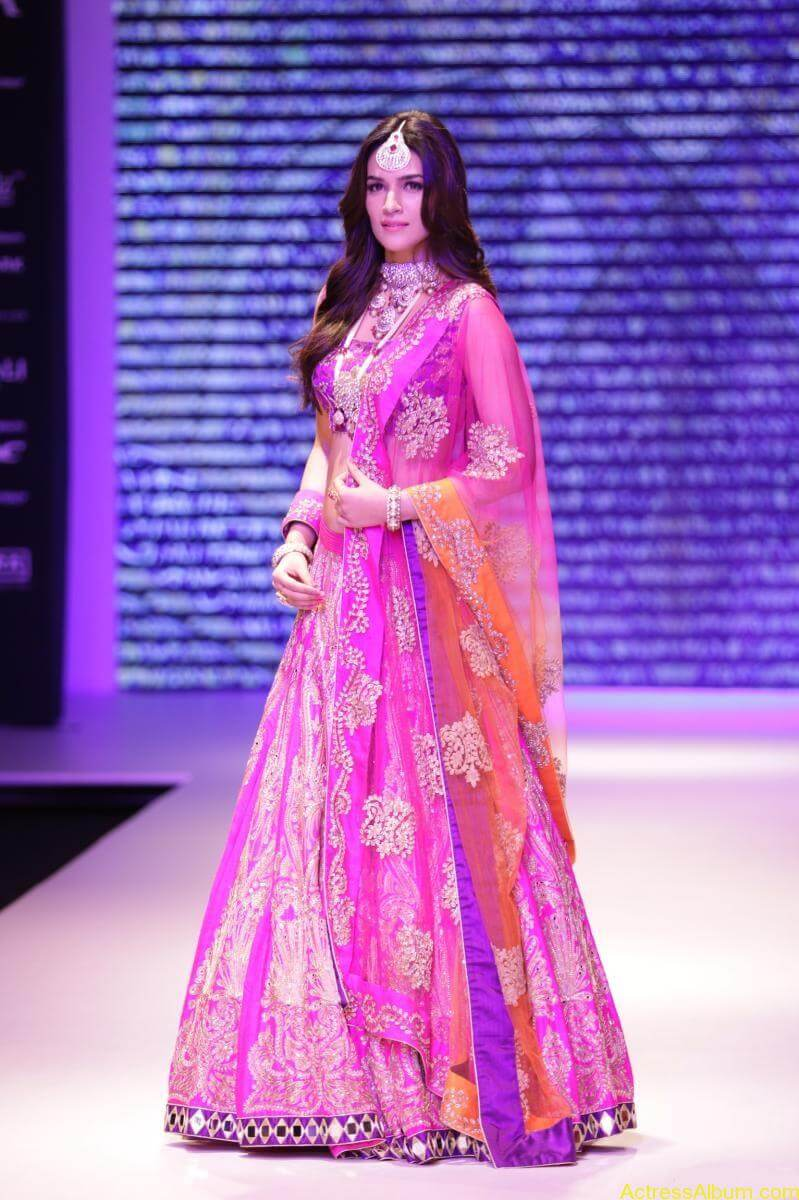 Kriti-Sanon-Latest-Stills-At-IIJW-Ramp-Walk-2015-7