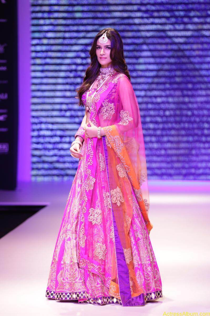 Kriti-Sanon-Latest-Stills-At-IIJW-Ramp-Walk-2015-8