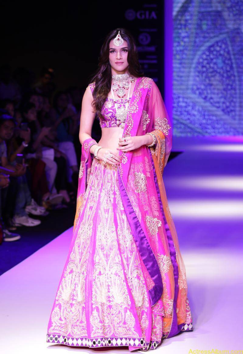 Kriti-Sanon-Latest-Stills-At-IIJW-Ramp-Walk-2015-9