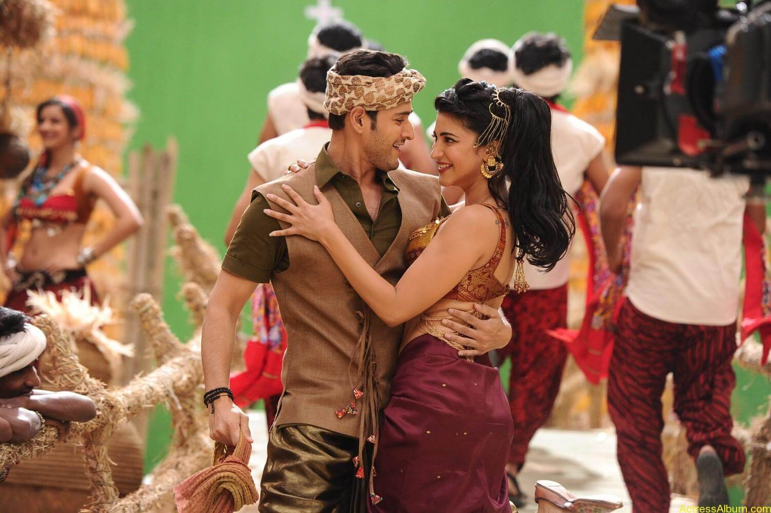 Mahesh-Babu-Shruthi-Haasan-Srimanthudu-Movie-Stills-13