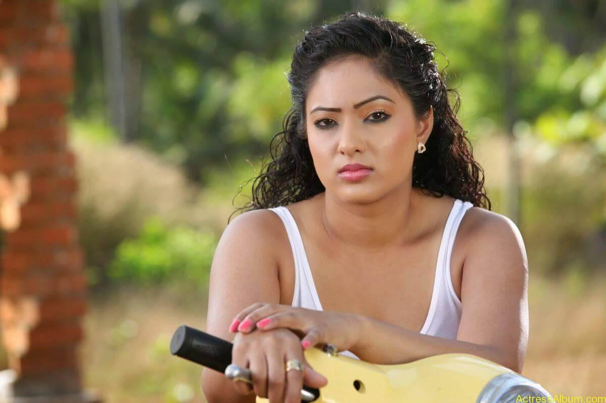 Nikesha-Patel-Stills-From-Karaioram-Movie-1