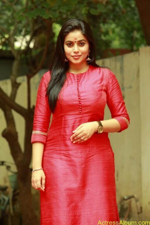 poorna-latest-stills-at-savarakaththi-movie-pooja-photos-4