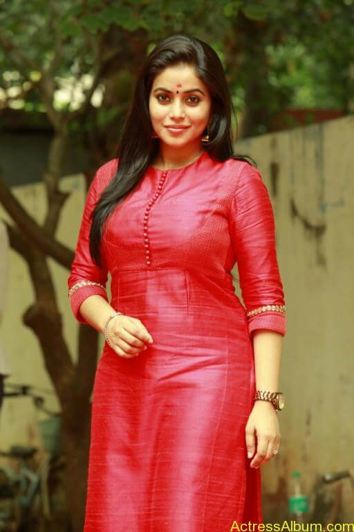 poorna-latest-stills-at-savarakaththi-movie-pooja-photos-6