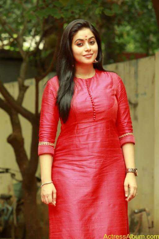 poorna-latest-stills-at-savarakaththi-movie-pooja-photos-9