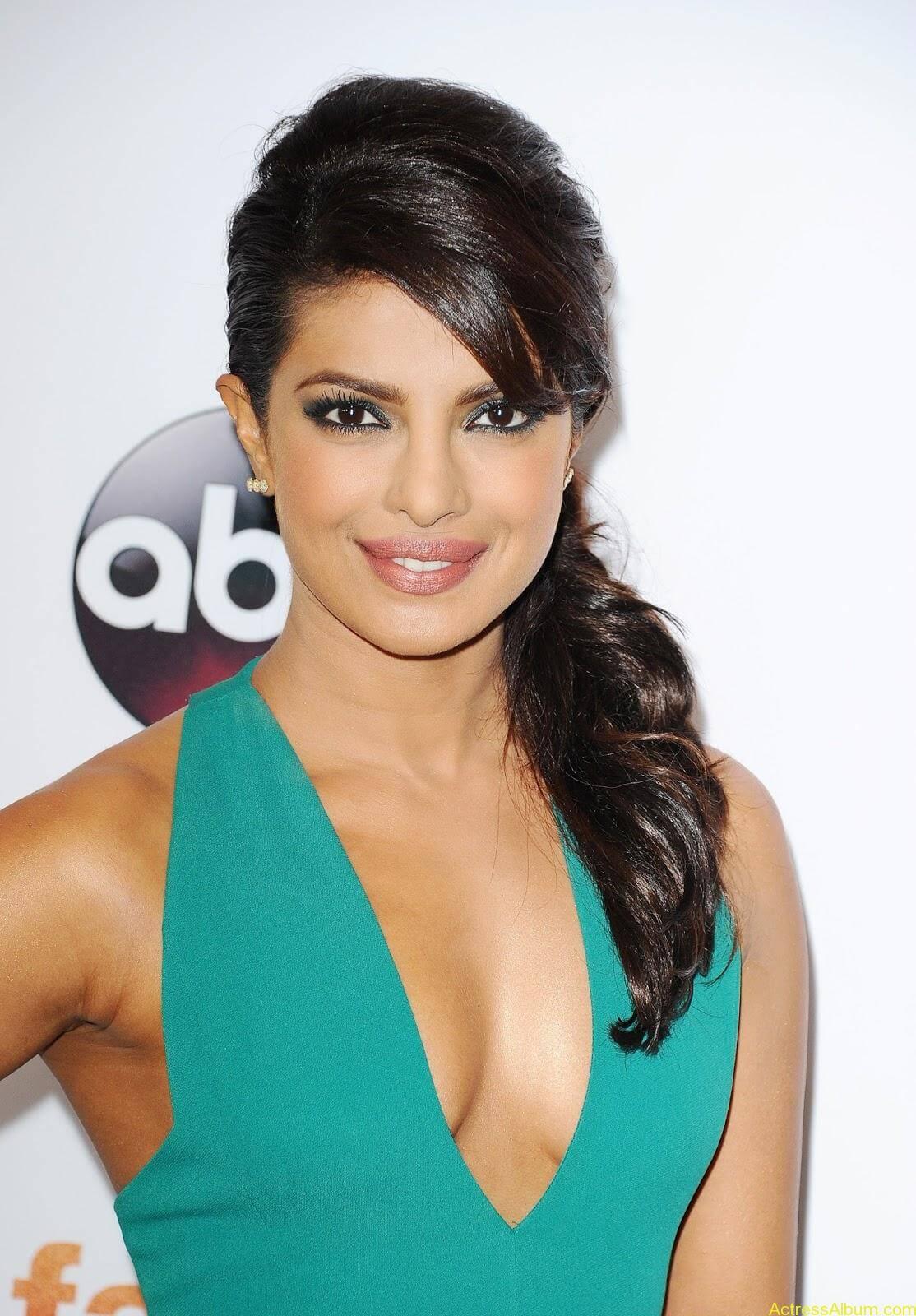 Priyanka-Chopra-Latest-Hot-Cleavage-Photos-Stills-3