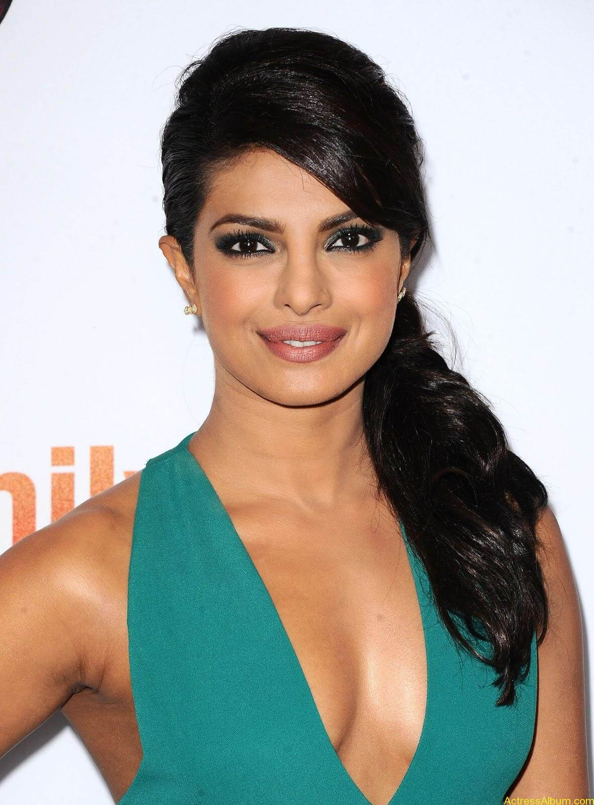 Priyanka-Chopra-Latest-Hot-Cleavage-Photos-Stills-6