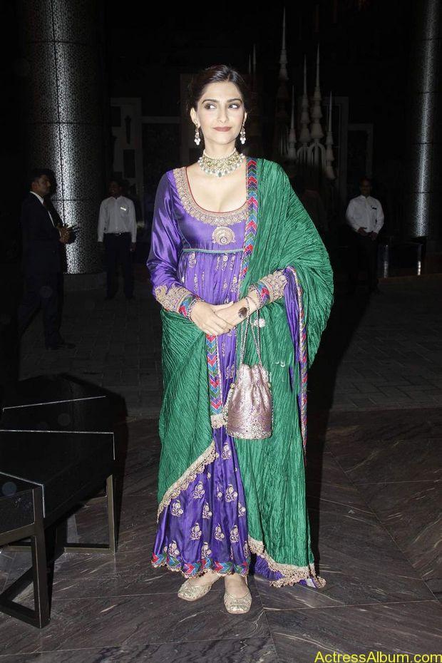 Sonam-Kapoor-At-Shahid-Kapoor-Wedding-Reception-Stills-1