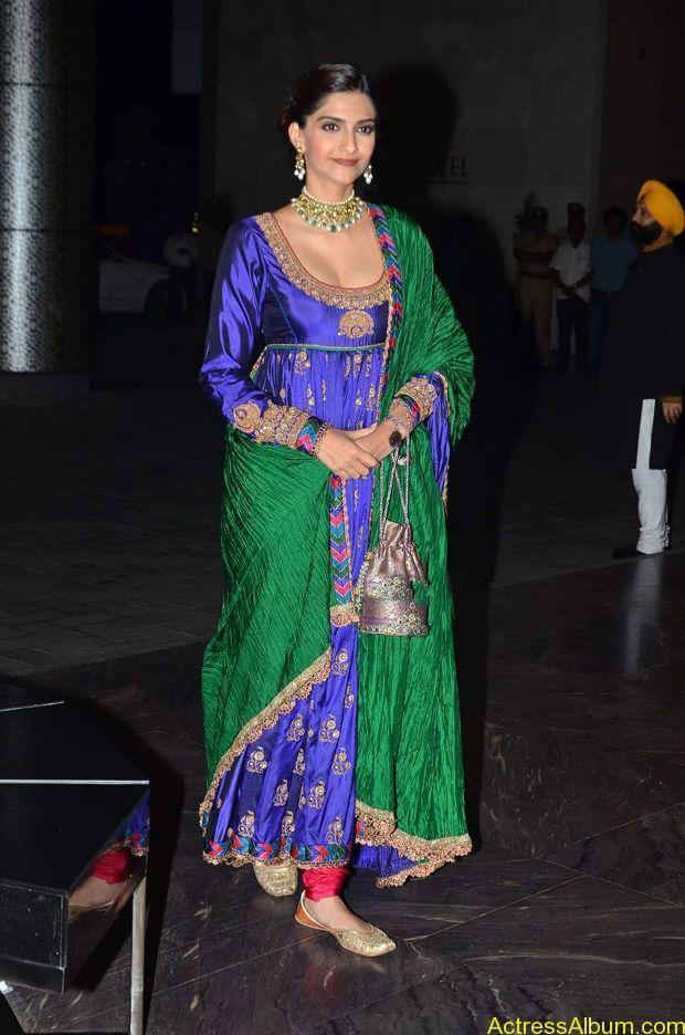 Sonam-Kapoor-At-Shahid-Kapoor-Wedding-Reception-Stills-3