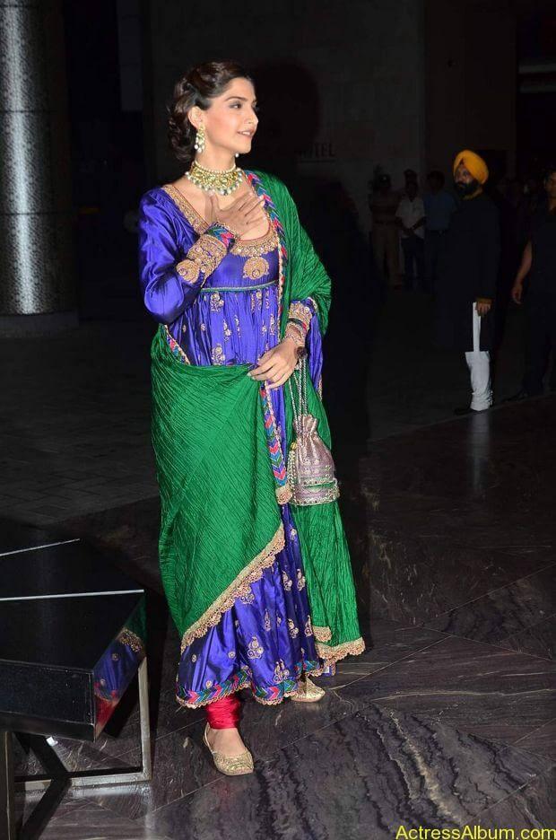 Sonam-Kapoor-At-Shahid-Kapoor-Wedding-Reception-Stills-4