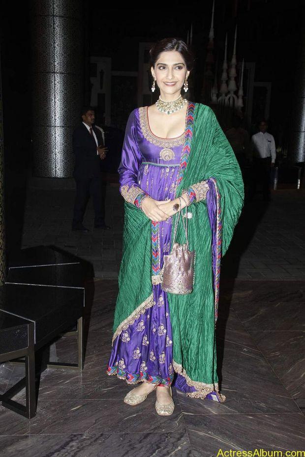 Sonam-Kapoor-At-Shahid-Kapoor-Wedding-Reception-Stills-5