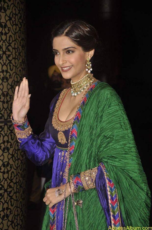Sonam-Kapoor-At-Shahid-Kapoor-Wedding-Reception-Stills-7