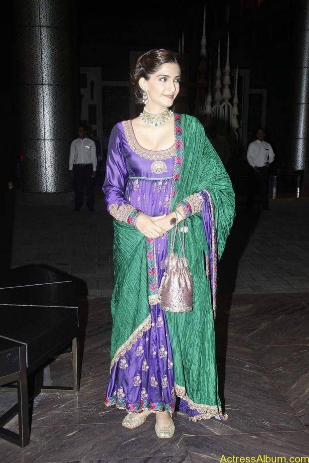 Sonam-Kapoor-At-Shahid-Kapoor-Wedding-Reception-Stills-8