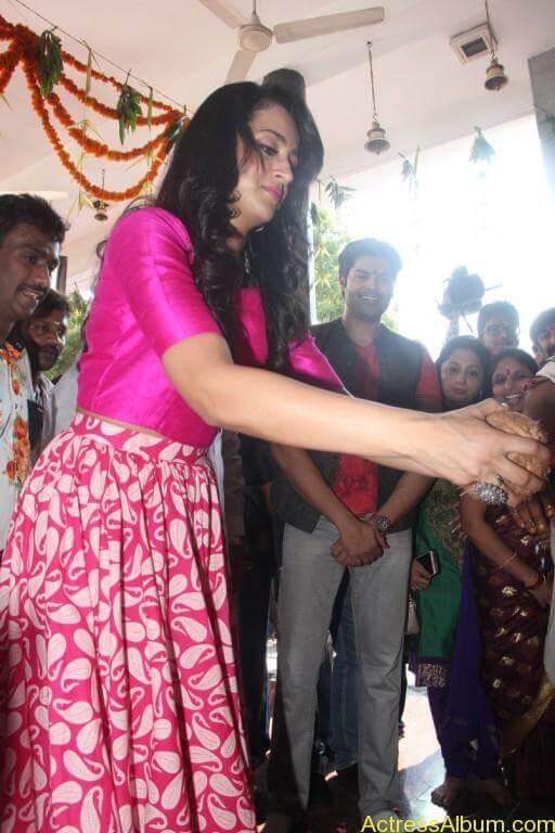 trisha-latest-stills-at-nayagi-movie-pooja-10