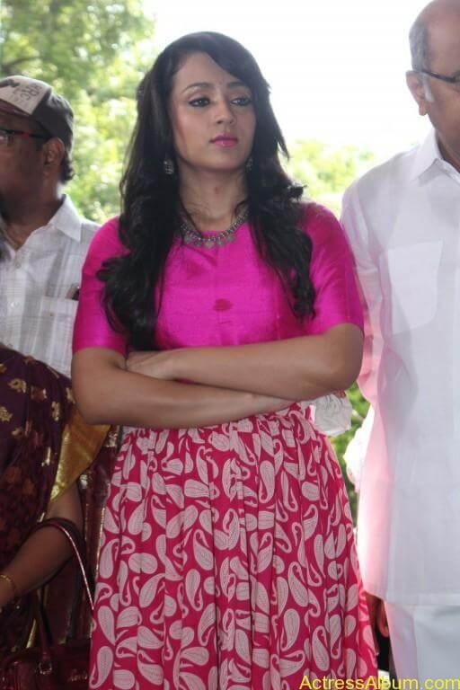 trisha-latest-stills-at-nayagi-movie-pooja-11