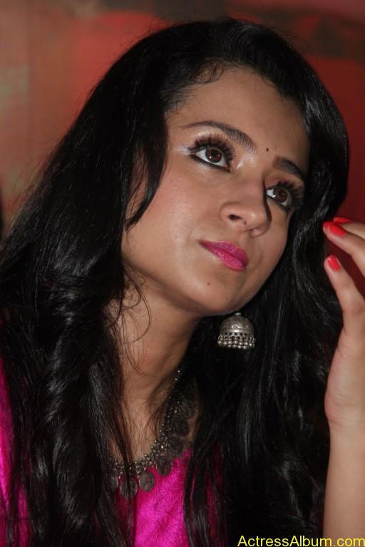 trisha-latest-stills-at-nayagi-movie-pooja-4