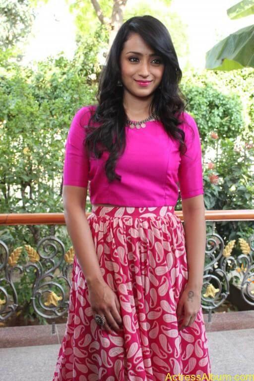 trisha-latest-stills-at-nayagi-movie-pooja-5