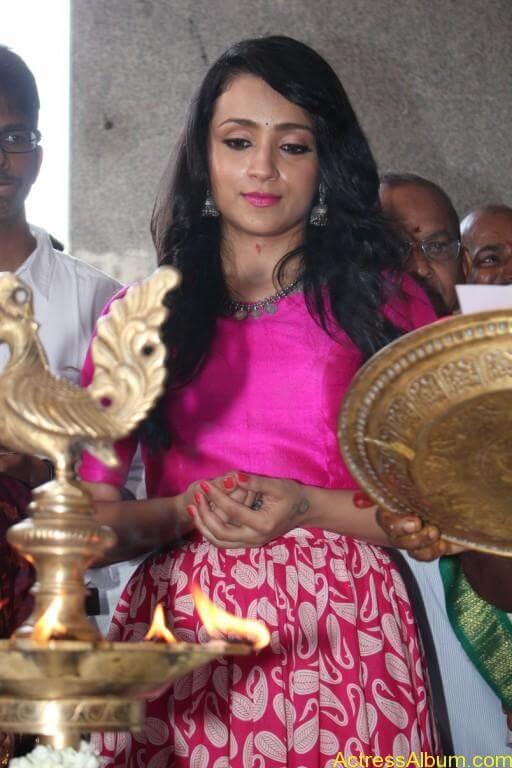 trisha-latest-stills-at-nayagi-movie-pooja-9