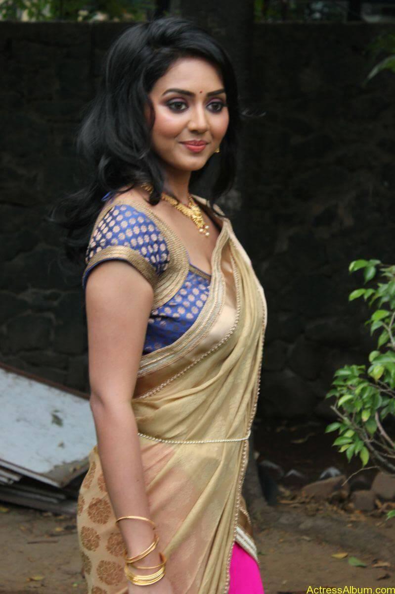 Vidya-Stills-At-Athibar-Movie-Press-Meet-03