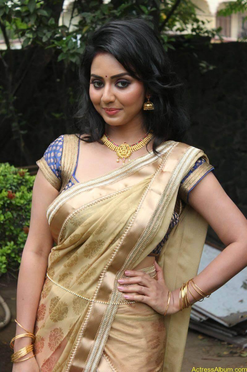 Vidya-Stills-At-Athibar-Movie-Press-Meet-04
