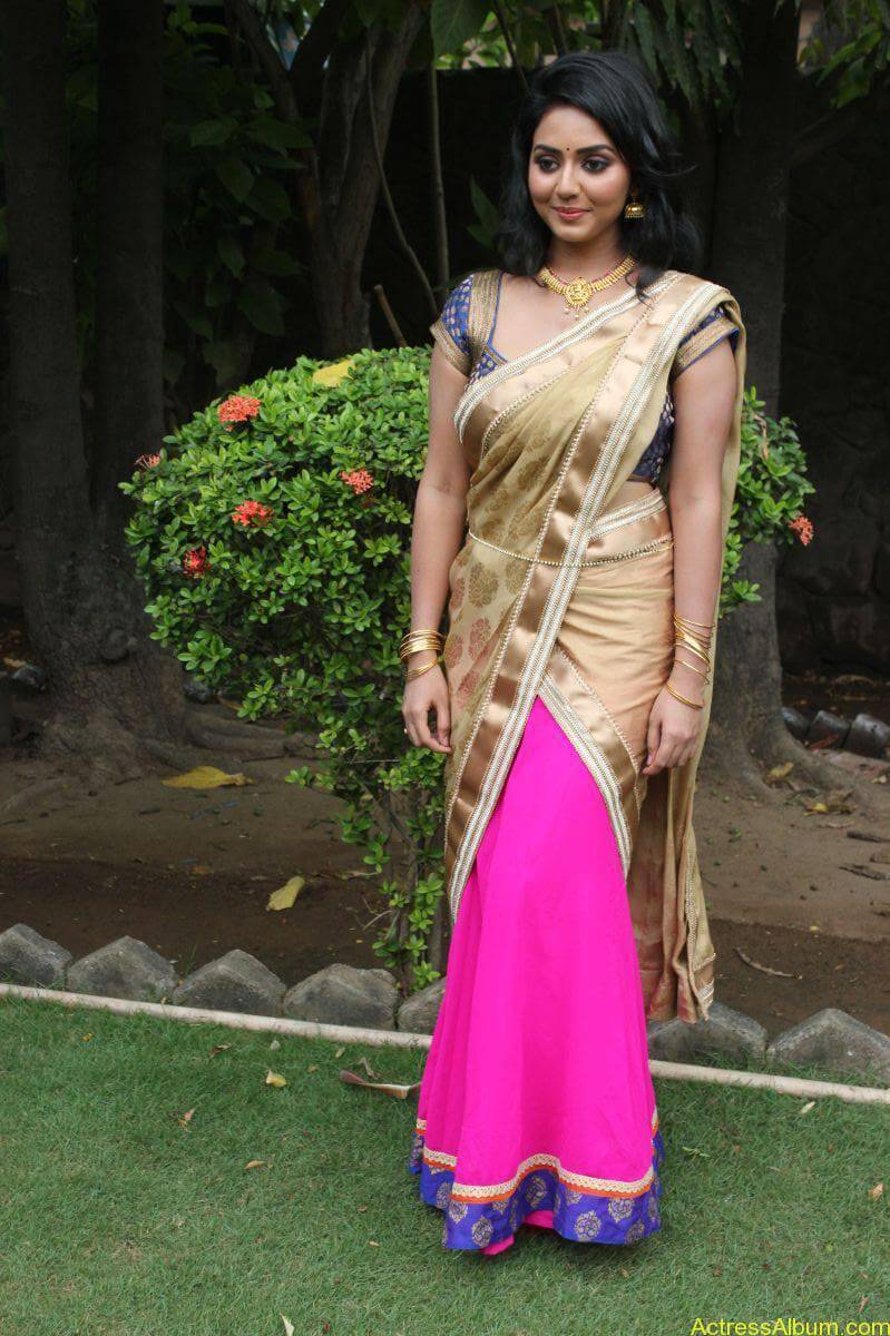 Vidya-Stills-At-Athibar-Movie-Press-Meet-07