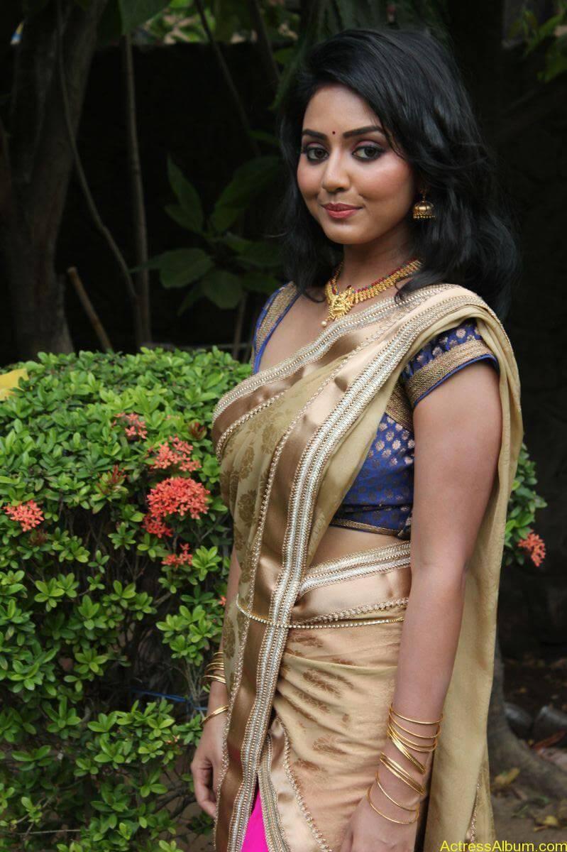 Vidya-Stills-At-Athibar-Movie-Press-Meet-08