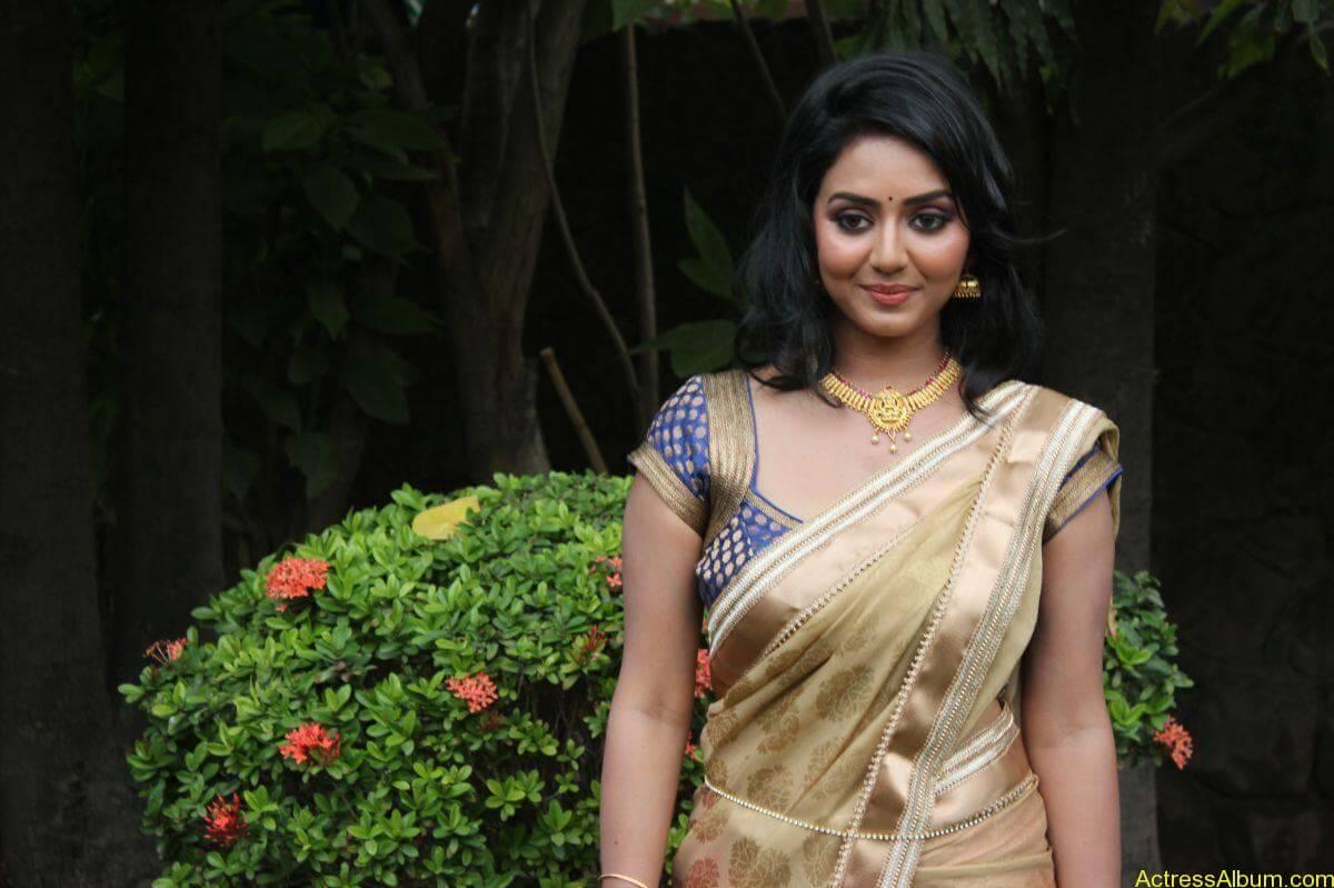 Vidya-Stills-At-Athibar-Movie-Press-Meet-10