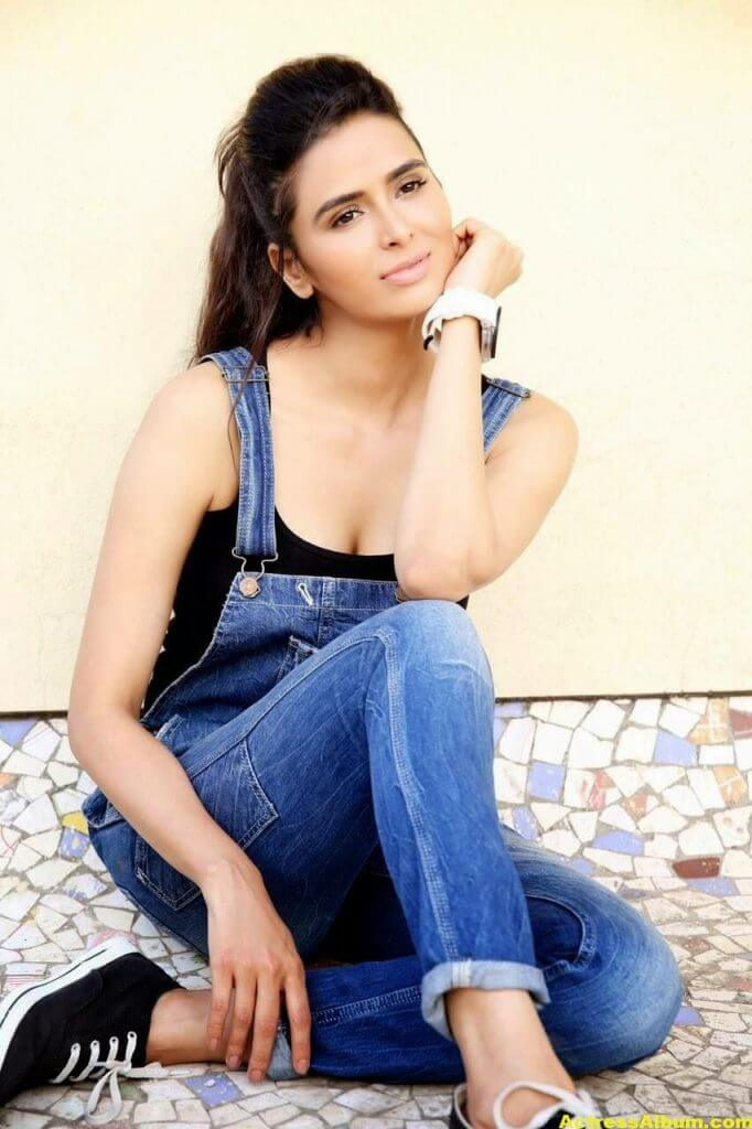 Actress Meenakshi Dixit Latest Glam Photoshoot Stills HQ 7