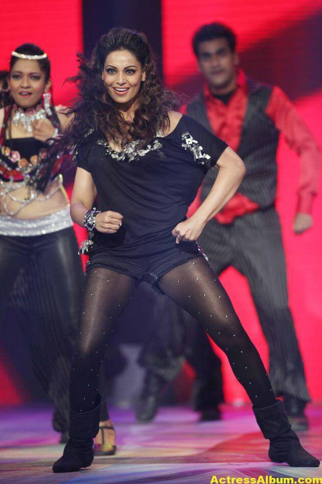 Bipasha Basu Hot Dance at CCL Photos 1