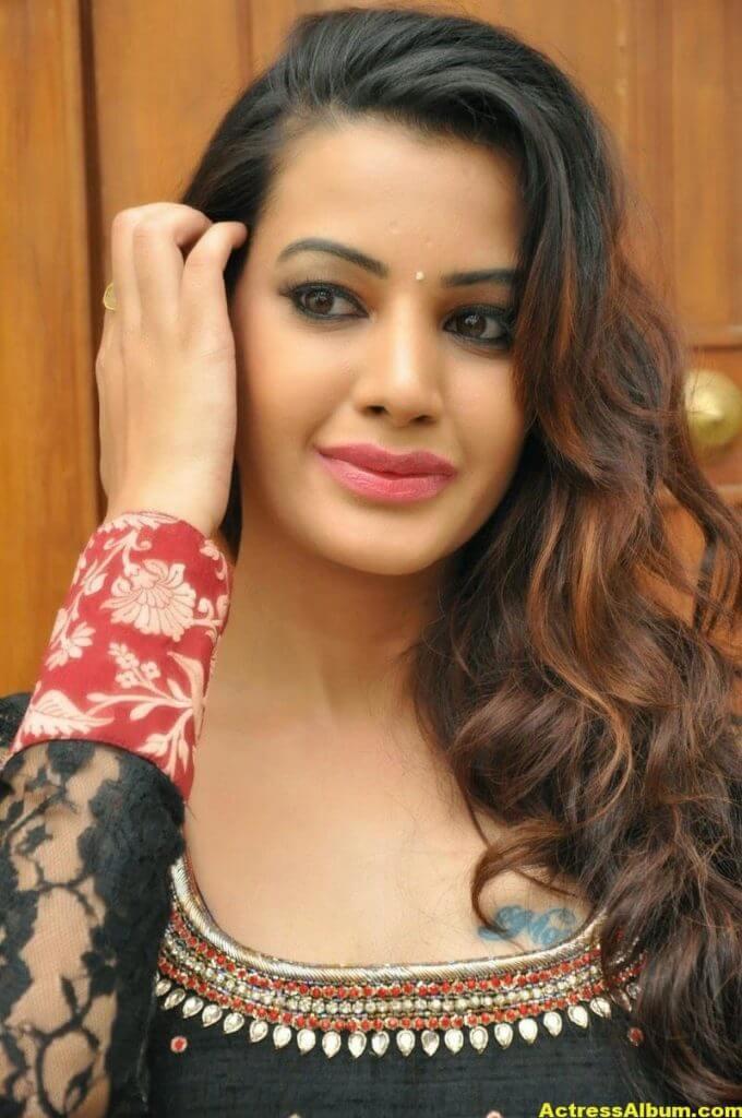Diksha Panth latest Glamorous Stills 1