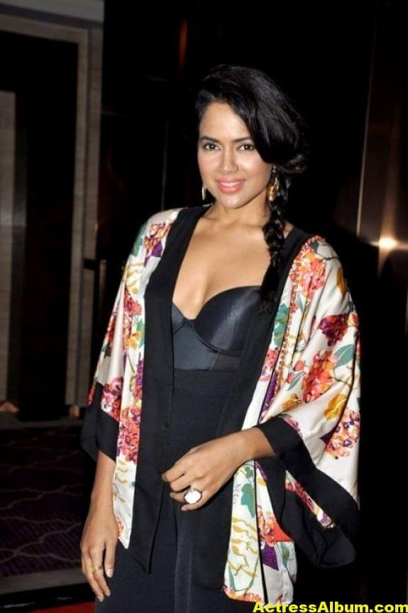 Sameera Reddy Hot Pics 1