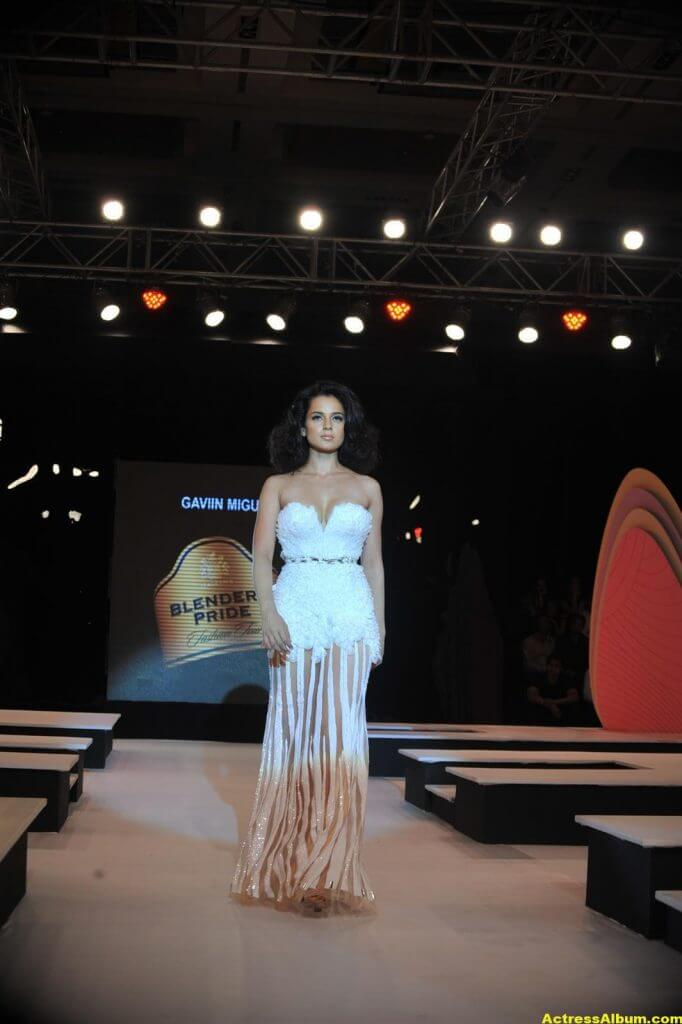 Actress Kangana Ranaut Milky Beauty Pictures 5