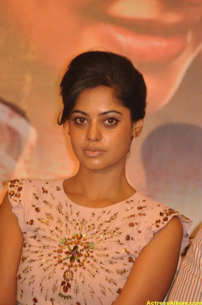 Bindu Madhavi Cute and Spicy Photo 4
