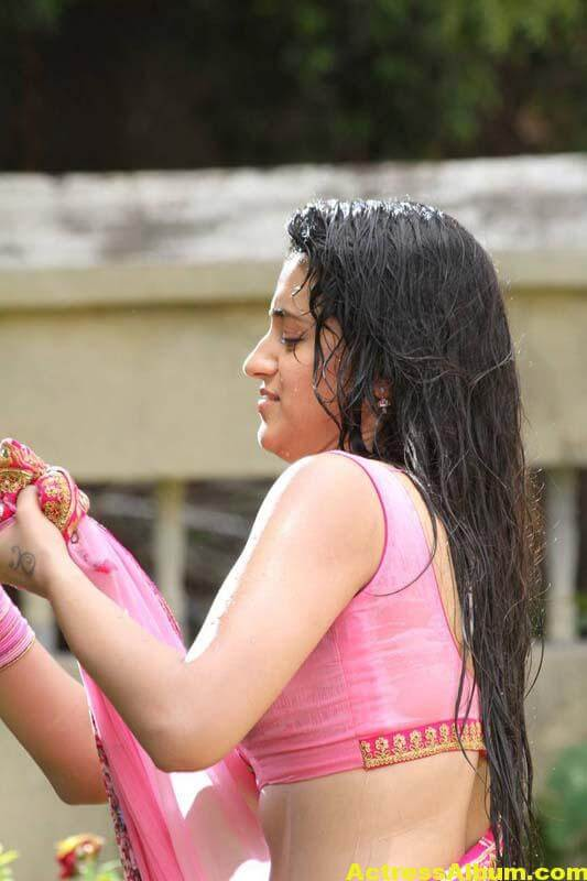 TRISHA IN PINK SAREE STILLS 5