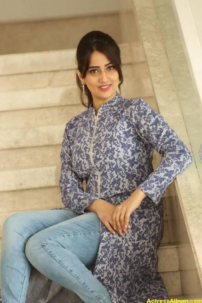Anchor Manjusha Latest Hot Stills In Blue Dress 2