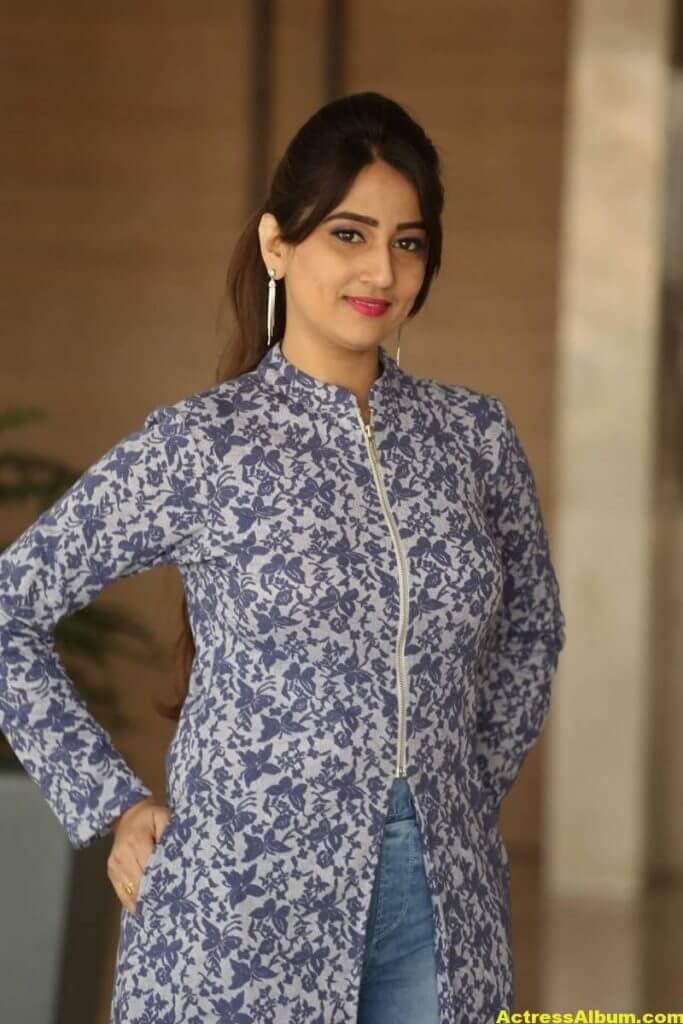 Anchor Manjusha Latest Hot Stills In Blue Dress 3