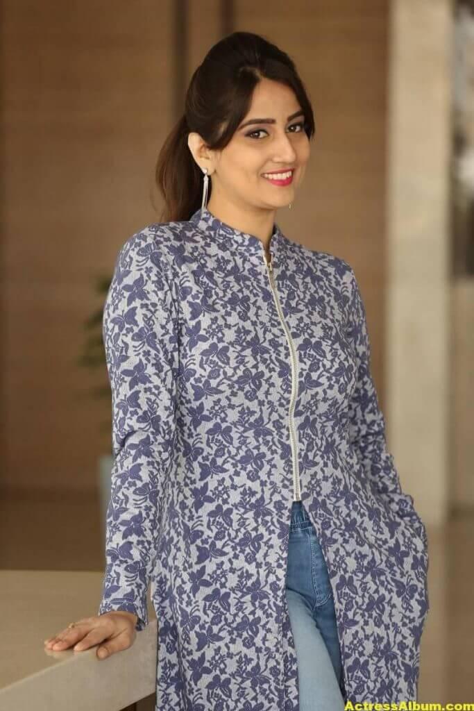 Anchor Manjusha Latest Hot Stills In Blue Dress 4