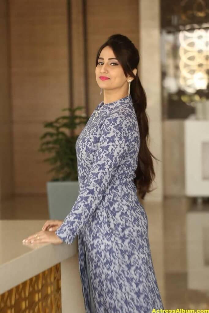 Anchor Manjusha Latest Hot Stills In Blue Dress 5