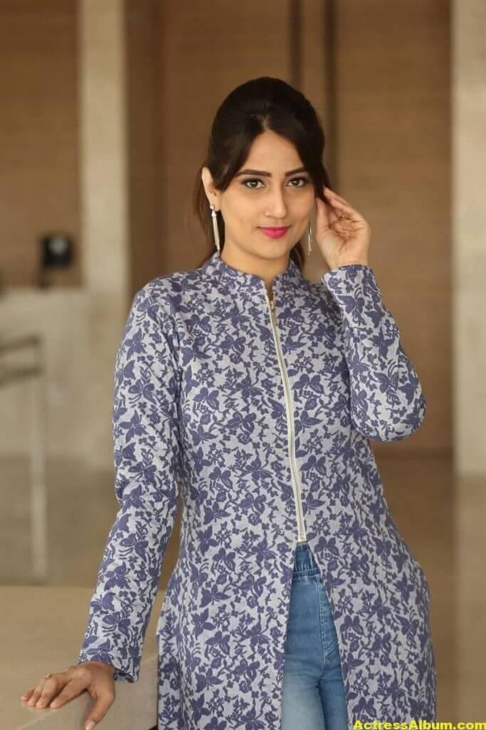 Anchor Manjusha Latest Hot Stills In Blue Dress 7